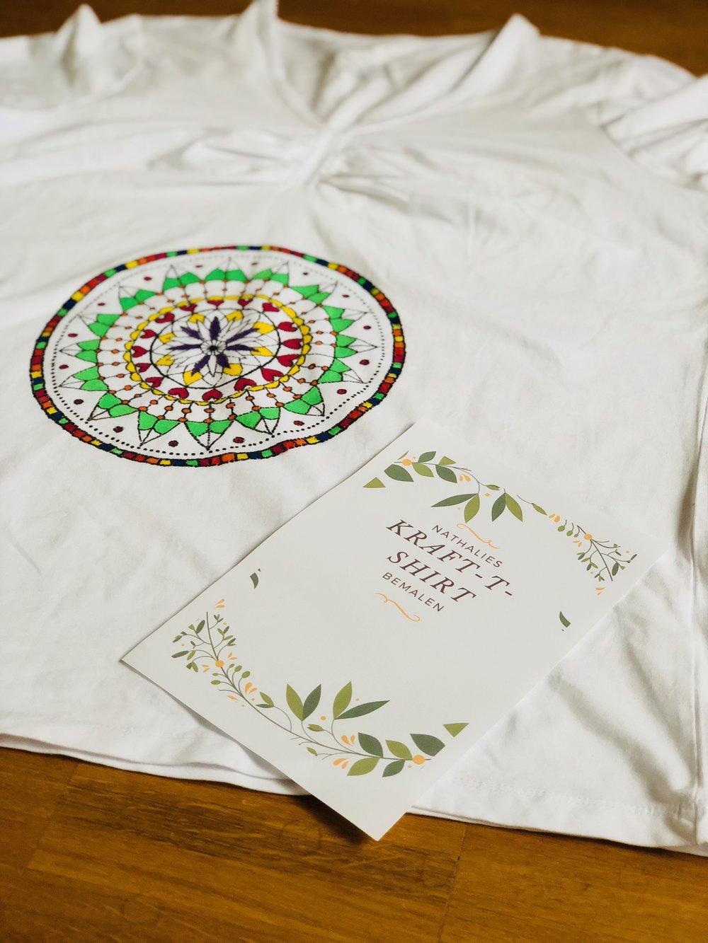 Kraft-T-Shirt für die Geburt von allen Teilnehmerinnen gemeinsam bemalt mit einem Mandala auf dem Bauch