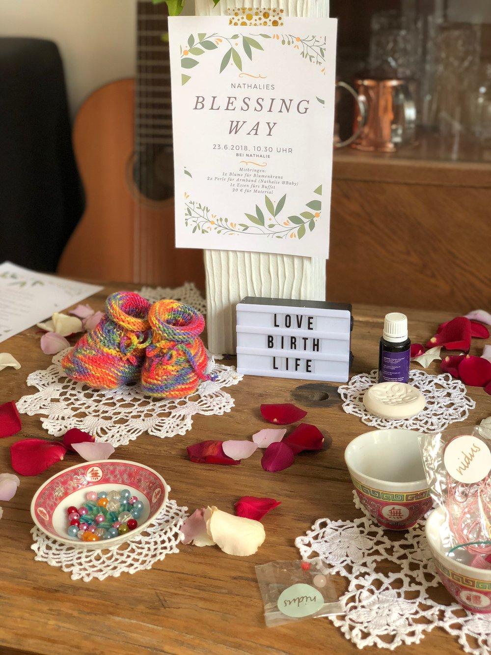 Altar mit Geschenken, Mitbringseln und Materialien für das Blessingway