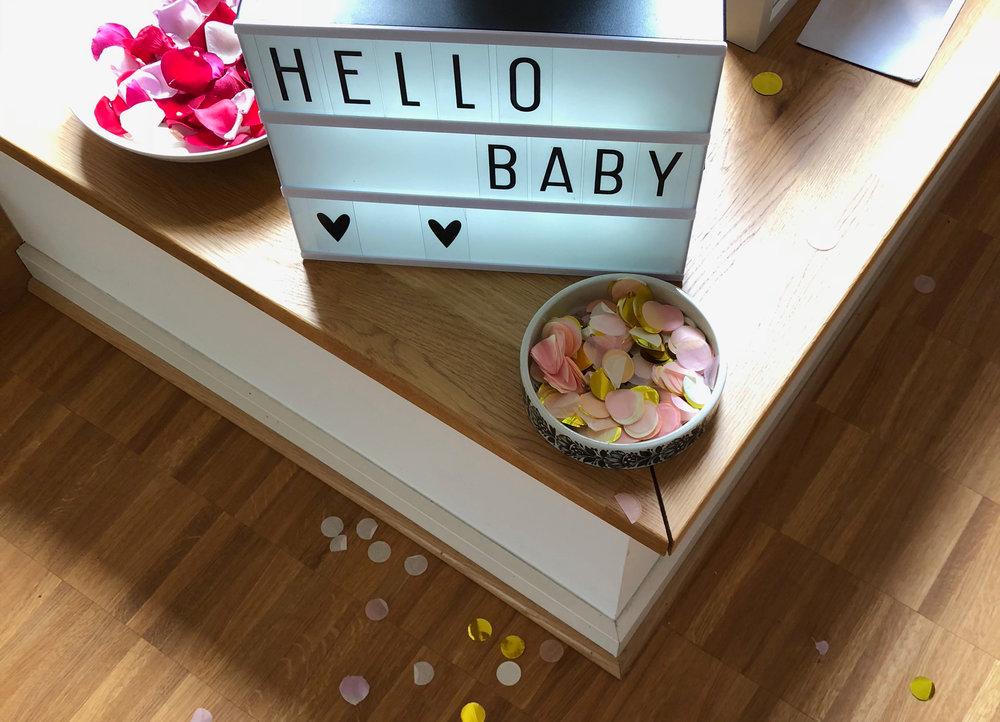 Empfang der Schwangeren mit Blüten und Konfetti