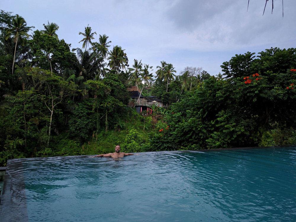 Ο Πασχάλης απολαμβάνοντας την πισίνα infinity