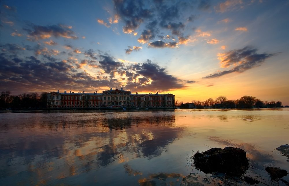 Ποταμός Lielupe και το παλάτι Jelgava στο ηλιοβασίλεμα