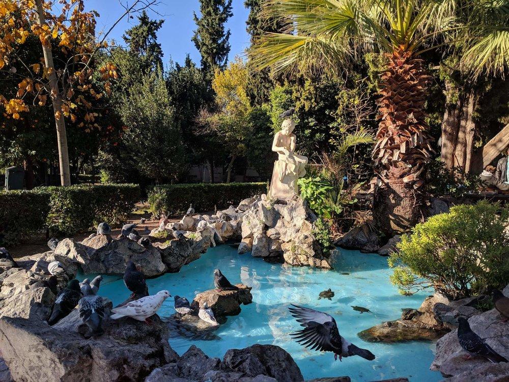 Μια ηλιόλουστη μέρα στον Εθνικό Κήπο, απολαμβάνοντας τη φύση και τα αγάλματα. Πηγή: Truevoyagers