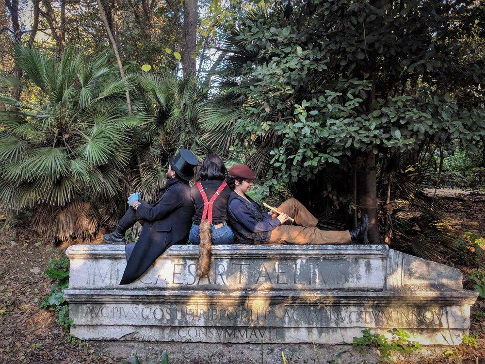 """Η ομάδα μας μπαίνοντας στο """"πετσί"""" του ρόλου λίγο πριν την περιήγησή μαςγια οικόγενειες, """" Κυνήγι παραμυθιών στον Εθνικό Κήπο """".Πηγή: Truevoyagers"""