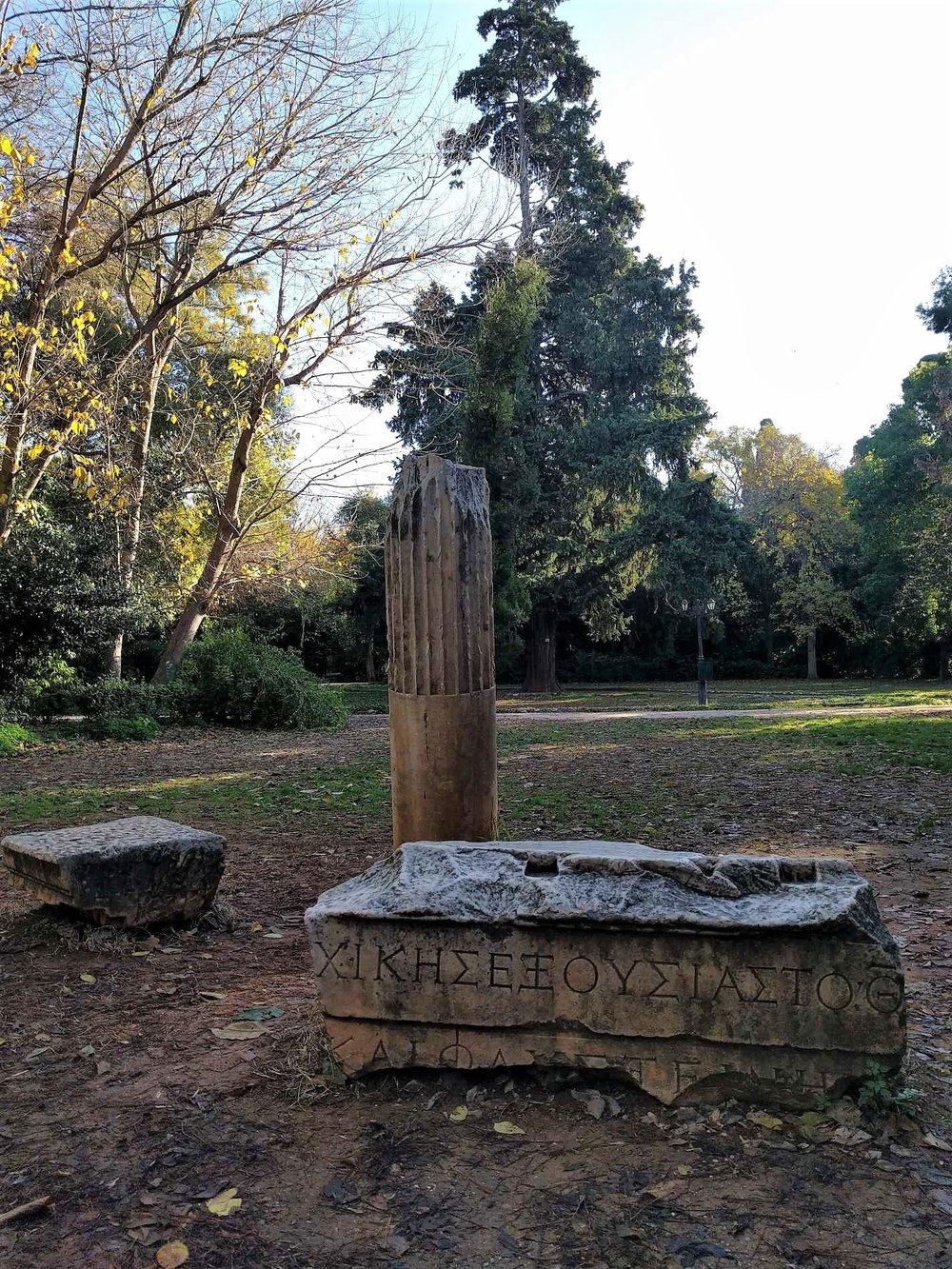 Απομεινάρια της αρχαίας Ελληνικής ιστορίας διάσπαρτα στον Κήπο.Πηγή: Truevoyagers.