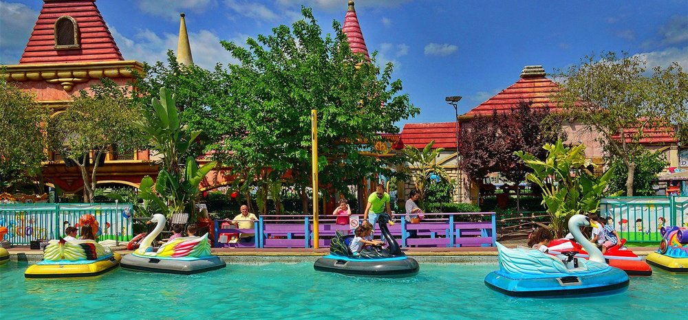 A boat ride in the lake ( Bloom Bloom ) could be a refreshing break from the Greek summer heat for your children. Source: Allou Fun Park