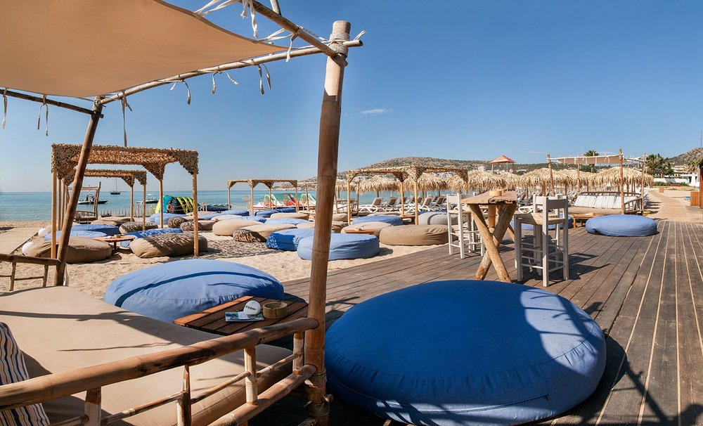 Relax and have a drink at Moana beach bar in Varkiza resort. Source: varkizaresort.gr