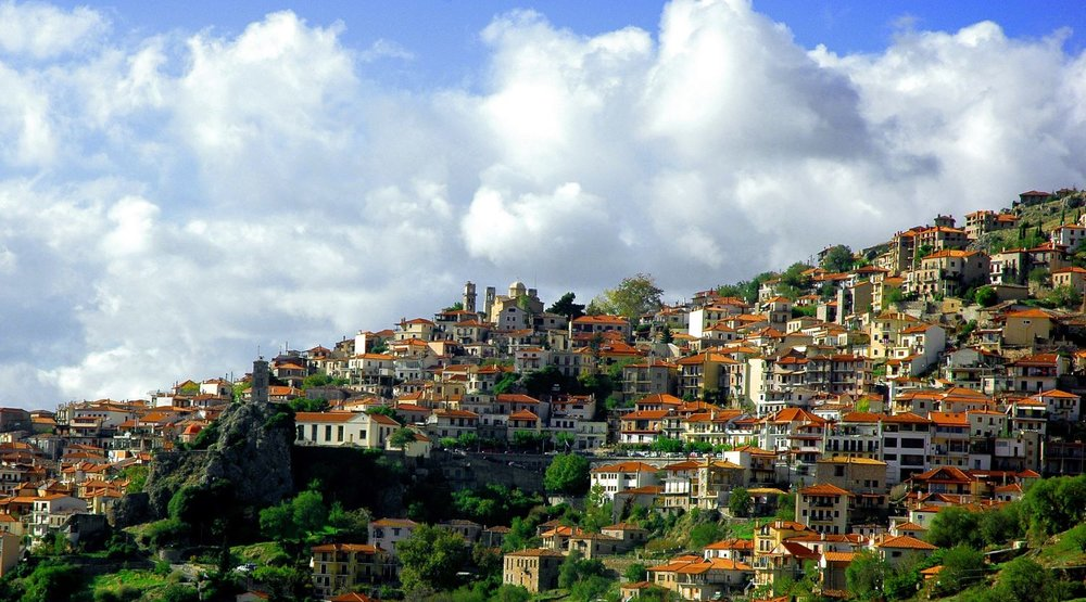 The cosmopolitan and picturesque village of Arachova is flooded by local Greeks during autumn and winter. Photo source: G Da (CC BY-SA 3.0)