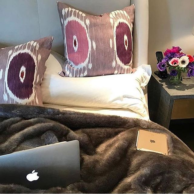 We make working from bed a wonderful experience ... 💕@yellowstoneclubinteriordesign #seasidetomountainside #welovecolor #fabulousfabrics