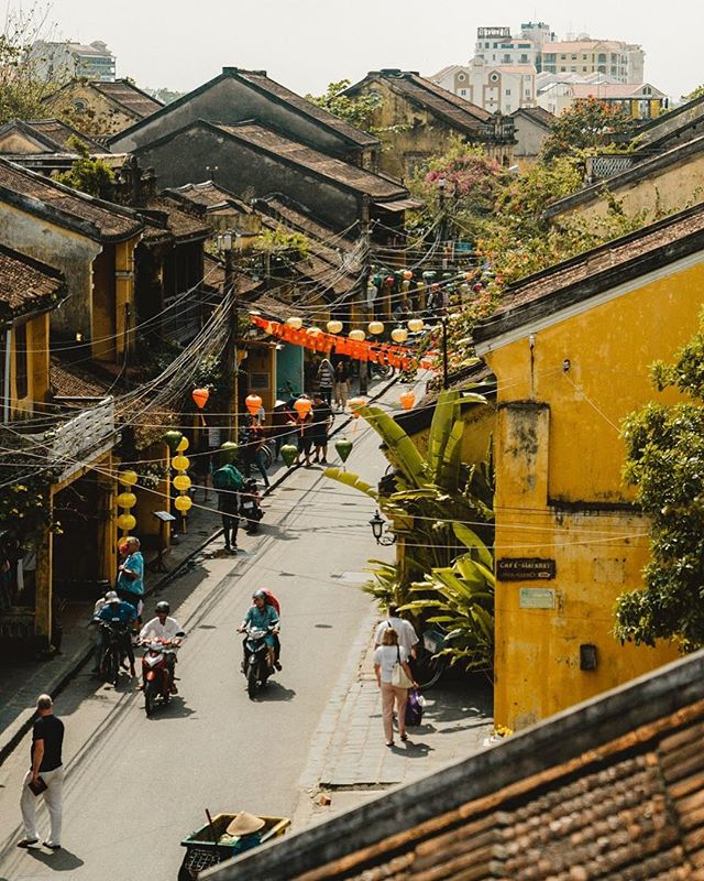 Hoi An. There's so much to say about this perfect yellow town tucked along the coast of central Vietnam. Come for the food. Come for the hand-crafted leather. Come for the tailored clothes. Come for the insta-worthy hue of yellow. Come for the coffee. Come for the worn out basket-laden bikes... Whatever you do, just come. ✨ We're currently working on our Hoi An food guide, and are hoping to share a mini version of it in our stories this week. Stay tuned! 🍜 📷 by @shelbyalisha #ShareTheWorldUA #DiscoverVietnam