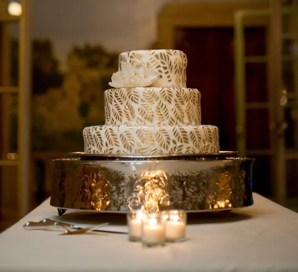 4. This cake takes something as simple as gold leaves to create this blockprint-y pattern. It's simple, has gold, and is beautiful. Drool.