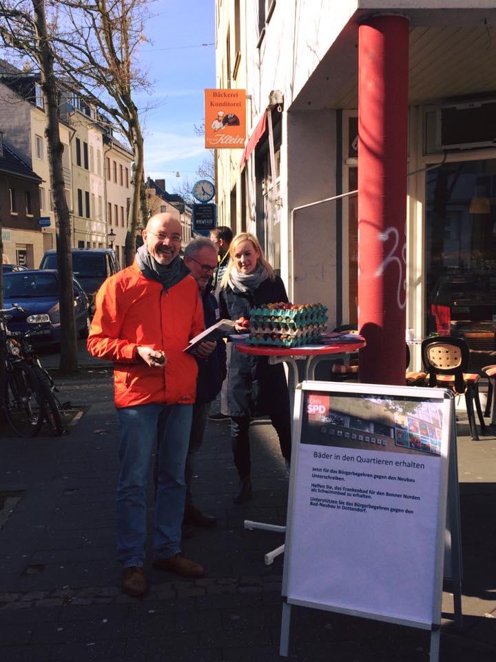 Ostereierverteilaktion April 2018 vor dem Netto in Endenich mit Katharina Seibel, Wolfgang Leyer und Hubert Gesing.