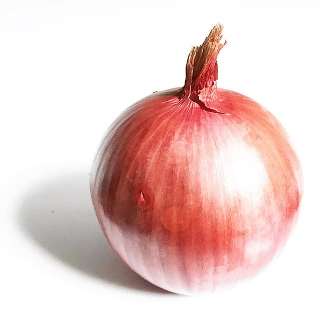 Onions. We all love their versatility. Raw, sautéed, roasted...always delicious! But what about the aftermath they cause?! Onions can make your hands SMELLLL!! 🙊 It's all because of the enzyme released when the onion is cut. This enzyme converts sulfur containing chemicals within the onion into sulfenic acid (yep, the one with the smell!). Trying to get rid of the stench? The chemical needs to be neutralized. Common at home remedies include lemon juice, stainless steel, and salt scrubs. What works for you?? 🙉