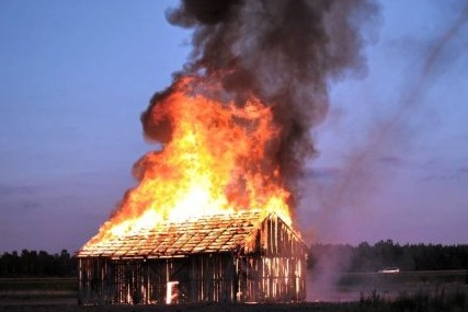 Granero en llamas