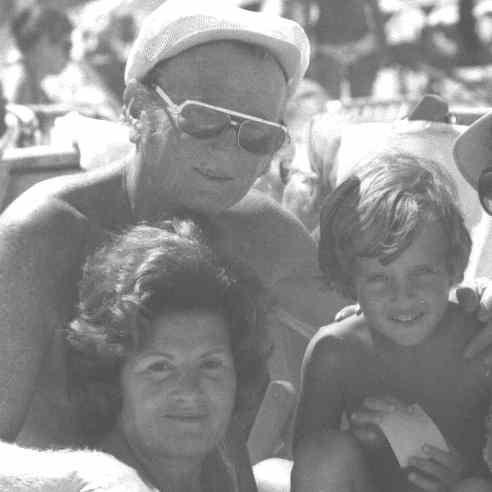 Mamá y papá con Hernán, mi hijo mayor. Punta del Este 1972