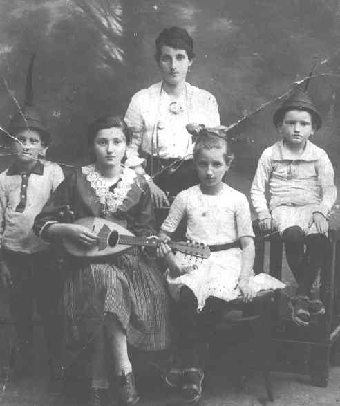 Familia Wang, 1918. Abuela y los 4 hermanos. Mesio, papá, es el de la derecha.