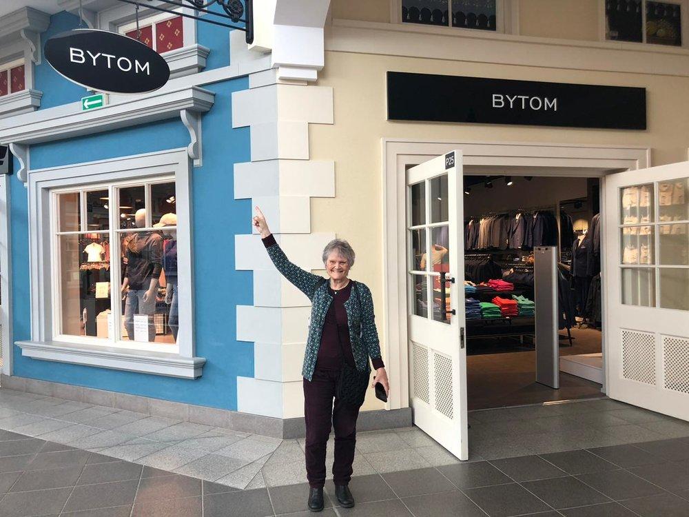 Ya por empezar la Marcha, el día anterior, visita al shopping que está cerca del hotel y encuentro un negocio que se llama Bytom.