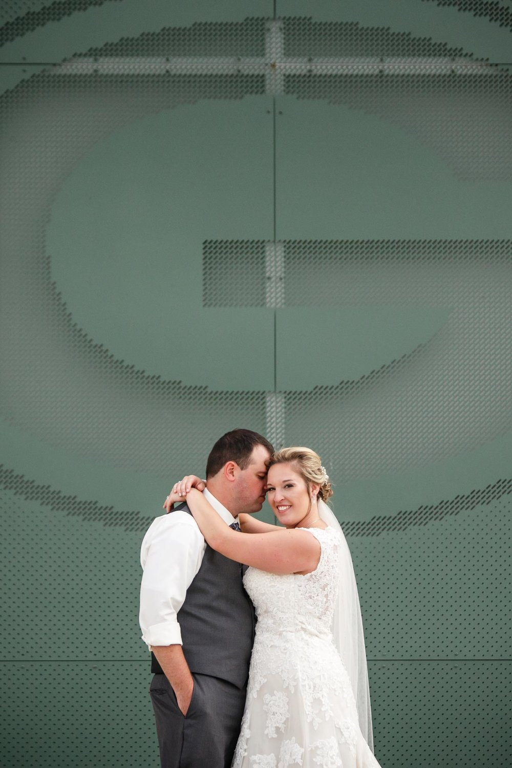 lambeau-field-wedding-bride-groom-adam-shea-photography-green-bay-appleton-neenah-photographer-8.jpg