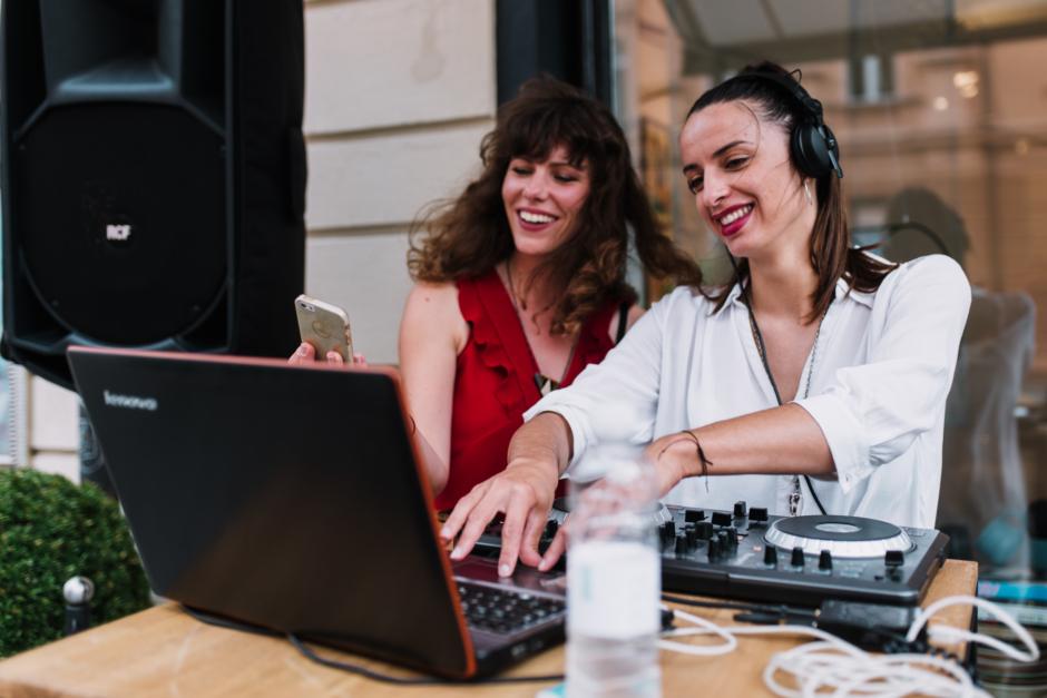 DJ-ki Urška in Nataša