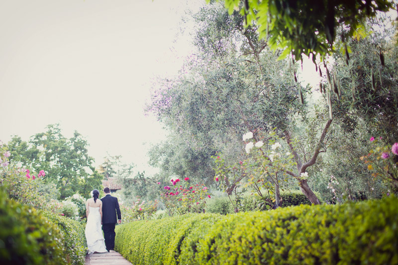 summer wedding at allied arts guild in menlo park with photography by alison yin and adm golub