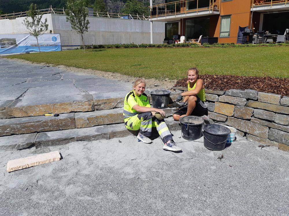 Blide jenter i arbeid for Kjosås Maskin AS på Hardanger Brygge
