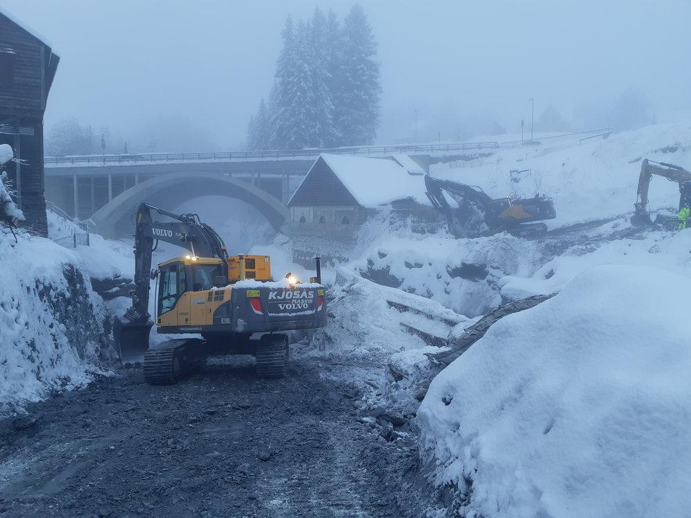 Bygging av pilotveg ned i elva