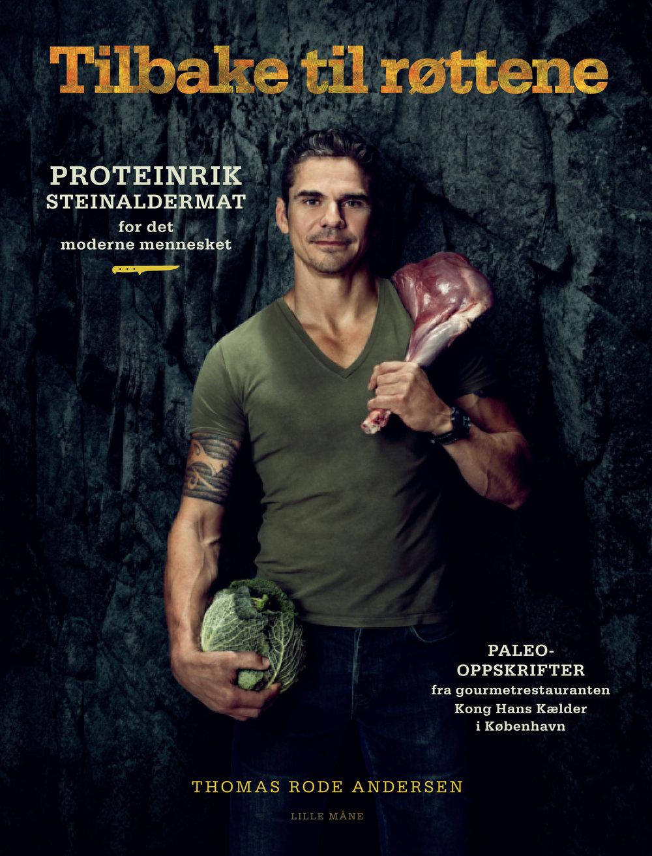 """Tilbake til røttene - Proteinrik steinaldermat for det moderne mennesket.Maten som smaker mest og best – steinaldermat gjort på en moderne måte. Proteinrikt og friskt!Nå vet vi det:Den mest næringsrike maten vi kan spise, er den kroppene våre er skapt for at vi skal spise. Det betyr nordisk paleo, maten vi livnærte oss på i steinalderen, da vi levde som jegere og sankere. Den gangen spiste vi proteinrikt og benyttet oss av det naturen hadde å by på. Det var lenge før vi begynte å tukle med maten og bearbeide den i hjel!La deg fascinere:Din veiviser inn i denne spennende verdenen er crossfit-entusiasten Thomas Rode Andersen (f. 1968), kjøkkensjef på legendariske Kong Hans Kælderi København. Thomas har selv gjort en helsereise med paleo og crossfit. I Tilbake til røttenefinner du fristende og inspirerende oppskrifter, små, mellomstore, og store retter til frokost, lunsj, mellommåltider og middag, i tillegg til """"fete"""" salater, alskens tilbehør, sauser, desserter og """"brød"""". Denne boken gir deg muligheten til selv å oppleve den gjennomgripende forskjellen som ekte, naturlig mat kan gjøre i livet ditt! Moderne steinaldermat gjør oss sterke, engergiske og friske, og forebygger livsstilssykdommer og overvekt. Hva nøler du etter?Prinsippene er enkle:Spis naturlig, aller helst økologisk kjøtt og egg, ekte mat uten tilsetningsstoffer eller smaksforsterkere. Du vil fort oppdage at denne maten er rik på smaker og farger, har spennende konsistens og er balansert i form av salt, syre, sødeme og kraft. Helt naturlig.Velbekomme!"""