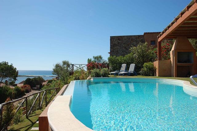 swimming-pool-2386261_640.jpg
