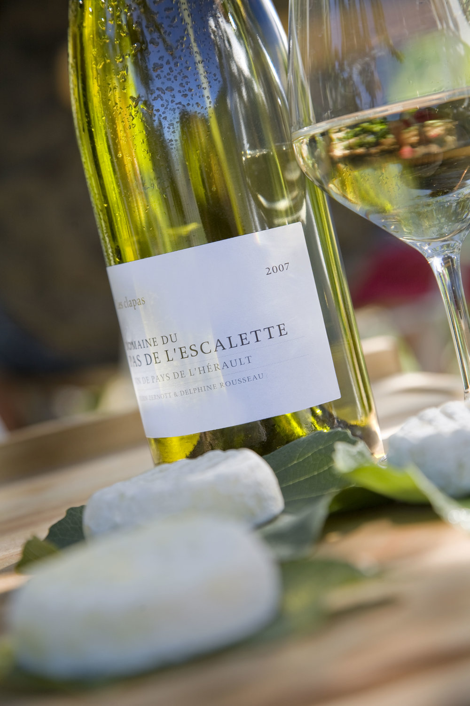 Les Clapas Blanc   Carignan blanc et terret bourret associés aux grenaches blanc et gris. Ce vin blanc de gastronomie allie son coté sudiste avec la minéralité et la fraicheur de l'Escalette.  Grenache blanc 40% Carignan blanc 40% Grenache gris 10% Terret bourret 10%