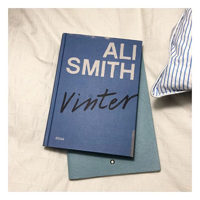 Ibland är dom enklaste omslagen dom snyggaste! Nu dyker jag in i denna bok, någon som läst?