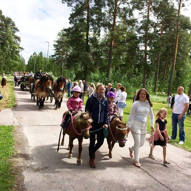 Midsommarfirande i Grycksbo! Självklart var vi på plats med några av våra hästar: Sigvard, Verner, Shadow och Rödluvan.  #uradventures #duärdittäventyr #urhästar #nordsvenskbrukshäst #nordsvensk #northswedishdrafthorse #häst #midsommar #dalarna #grycksbo