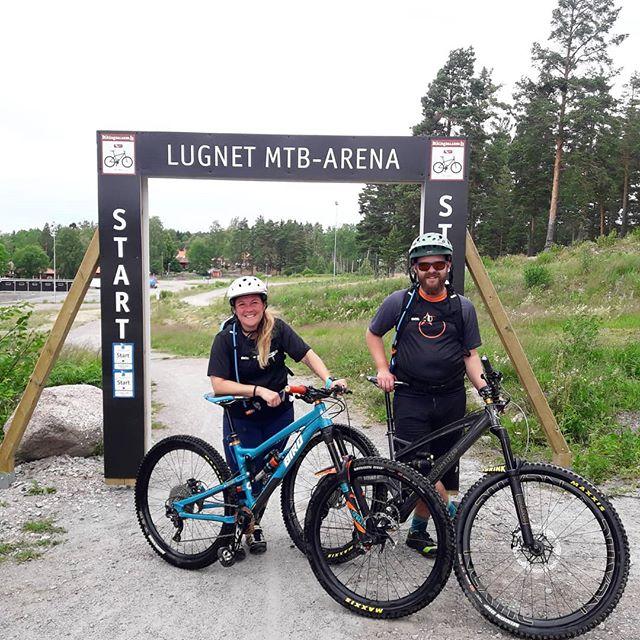Idag hade jag finbesök från landets sydligare delar 😊 De var lite möra efter några dagar i @gesundaberget_alpine_bikepark och vad passar bättre då än bergbana och supercykling på @lugnetifalun!  #uradventures #duärdittäventyr #mtb #falustigcyklister #falun #lugnet #gamlamormor #gruvfrun #fetmats #onone #ononecodeine #ononebikes #orangebikes