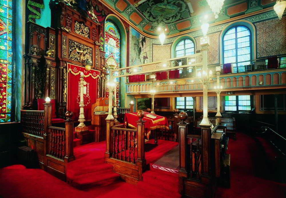 Bialystoker Synagogue Bima.jpg