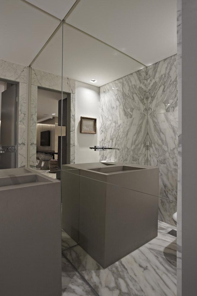 Paredes do lavabo totalmente revestidas em espelho prata