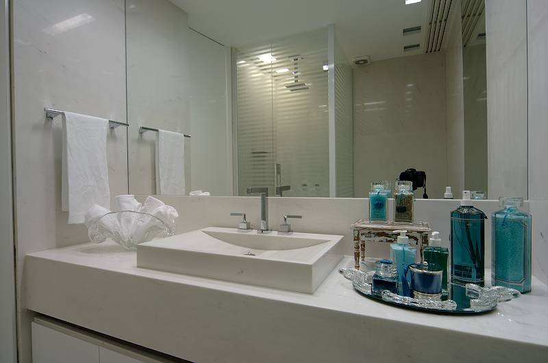 Caixa em espelho prata sobre estrutura de alumínio