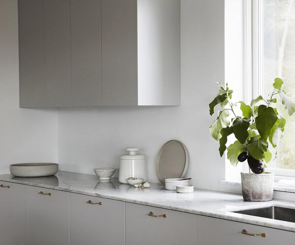 Minimalistiskt kök designat och platsbyggt av Nordiska Kök. Dov gråton, Carraramarmor med underlimmad ho. 3,5 +1,5m Pris. 79.000 sek (Pris exklusive bänkskiva och vitvaror) Se fler bilder