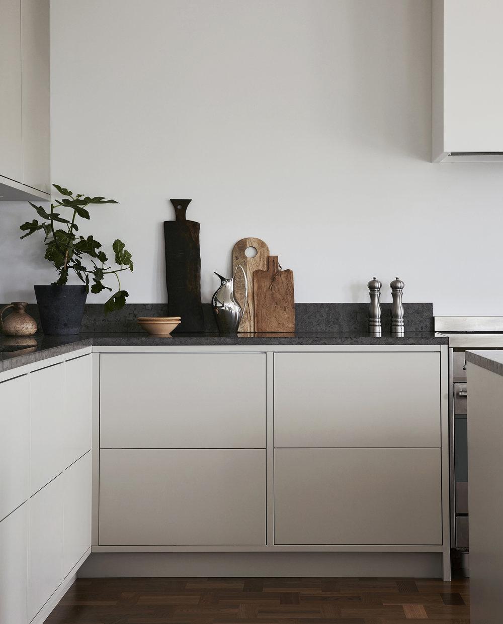 Ett av de mest populära kök vi producerat. De rena linjerna tillsammans med den exklusiv kalkstenen från Kinnekulle ger en unik prägel. Lådbredden anpassat helt efter rummets utformning. 3 + 3m kök + köksö   Prisexempel i grundutförande ca 95.000 - 115.000 sek   Se fler bilder