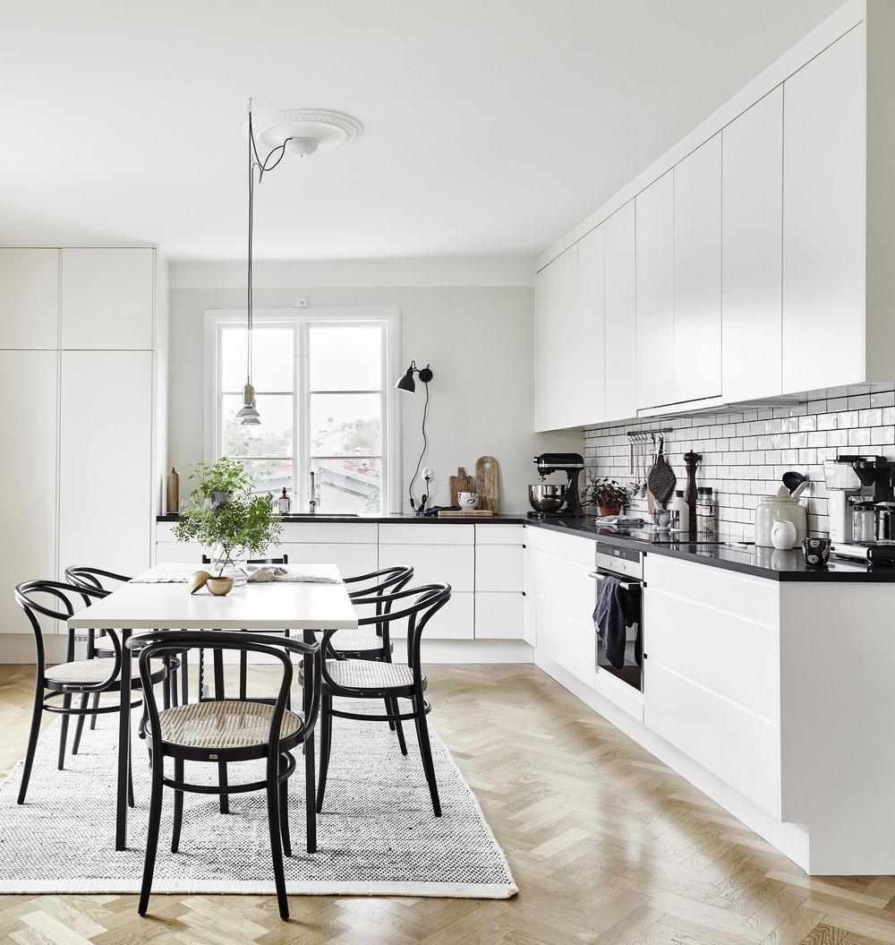 Elegant och hållbart kök i klassisk anda. Extra breda kökslådor för optimal förvaring, hamrat kakel och bänkskivor i massiv granit. 4 + 4m kök. Pris 74.500 sek(Pris exklusive bänkskiva och vitvaror) Se fler bilder
