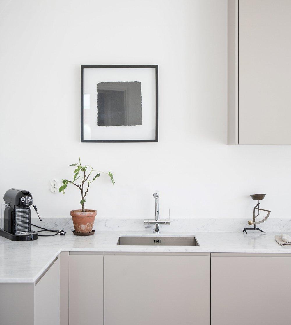 Minimalistisk design med dolda handtag i luckor. Smart förvaring och inbyggd kyl och frys. Vit Carraramarmor med liten bakkantslist.4 + 3m kök.   Prisexempel i grundutförande ca 79.000 - 94.000 sek   Se fler bilder