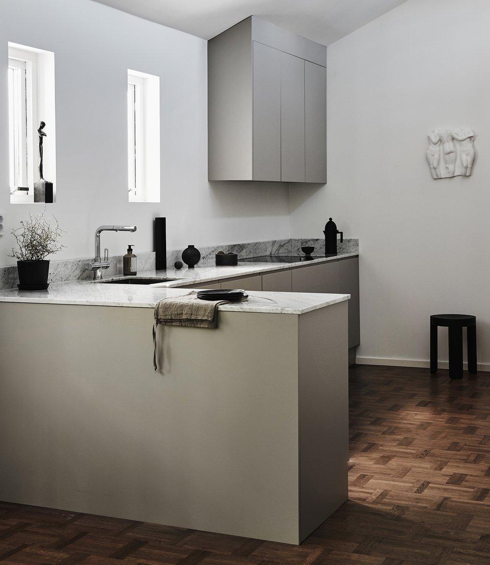 Rent och elegant kök med högt i tak där form och funktion går hand i hand. Den mjuka kulören i greige bryter fint mot bänkskivan i marmor. Överskåp i vinkel för att bli ett med rummet. 5 + 1,5m kök.   Prisexempel i grundutförande ca 87.000 - 112.000 sek    Se fler bilder