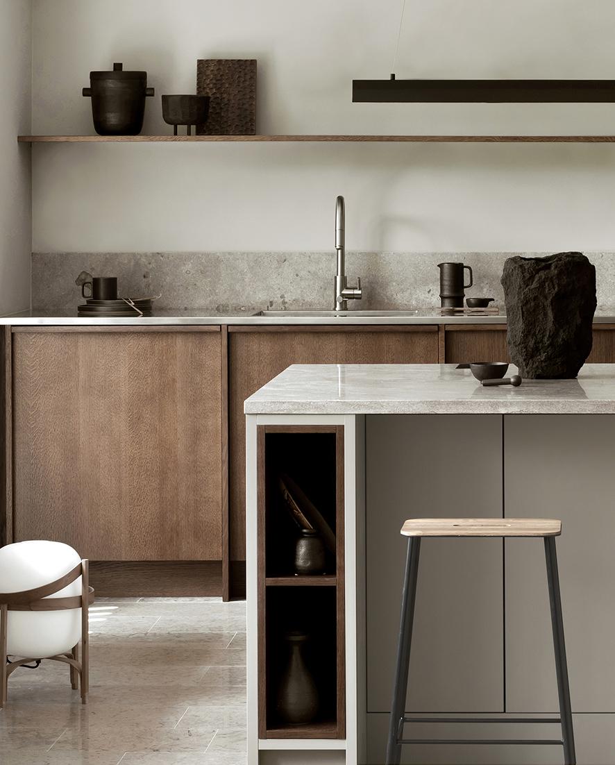Ett mörkbetsat ekkök med utanpåliggande ramverk och dold grepplist i överkant av luckan skapar en varm och ombonad känsla. Den rostfria bänkskivan, köksön i ljusgrått med handtagslösa luckor och den gotländska kalkstenen bryter av mot den varma eken och skapar en spännande kontrast och en modern känsla i det tidlösa köket.   Prisexempel i grundutförande ca 118.000 - 148.000 sek   Se fler bilder