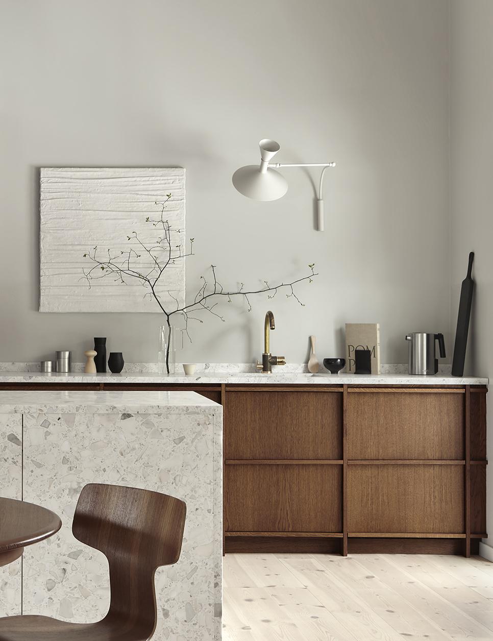 Rustik minimalism med terrazzo   Ett linjärt, naturinspirerat träkök med utanpåliggande ramverk i varma jordiga toner, eleganta detaljer och terrazzobänkskiva.   Prisexempel i grundutförande ca 125.000 - 158.000 sek    Se fler bilder