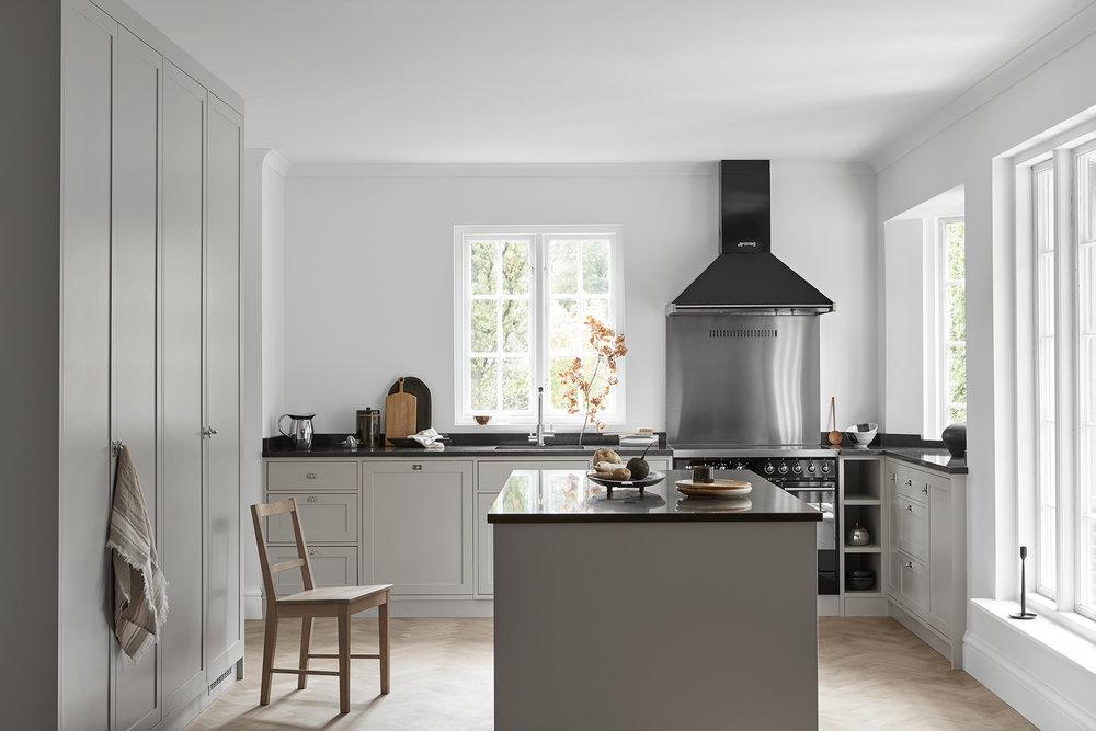Ett platsbyggt shakerkök i Skandinavisk stil med innanförliggande luckor och speglar i alla dörrar och lådfronter. En ljusgrå ton med svarta kontrastdetaljer bryter av mot mjuka framtoningen. Inbyggd diskmaskin och fristående spis från Smeg.   Pris på förfrågan    Se fler bilder