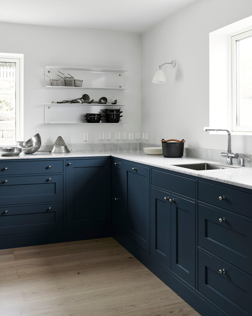 shaker kitchen design in blue, Vipp and white Carrara marble and Gubi lamp