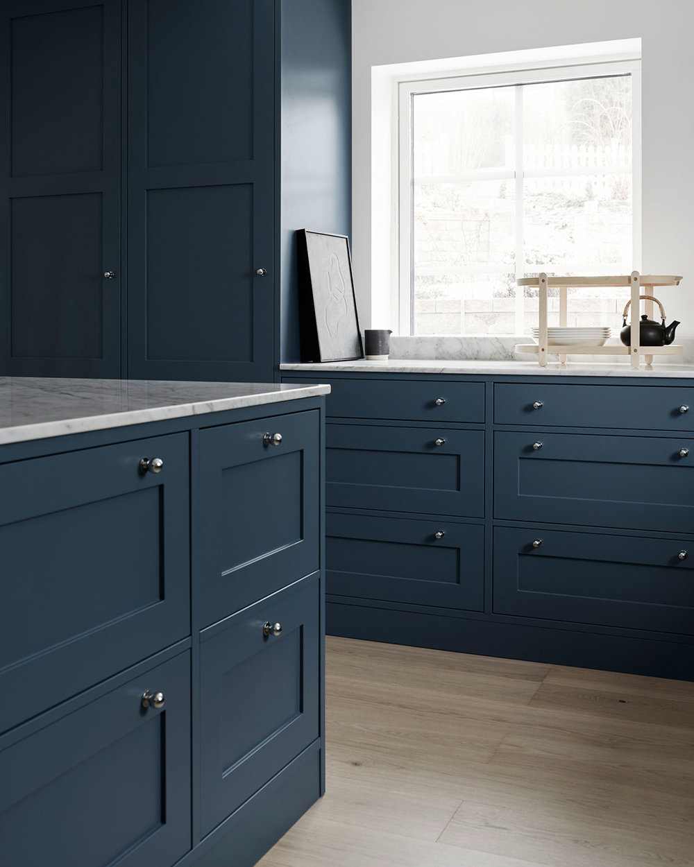 shaker kitchen design in blue and white Carrara marble countertop