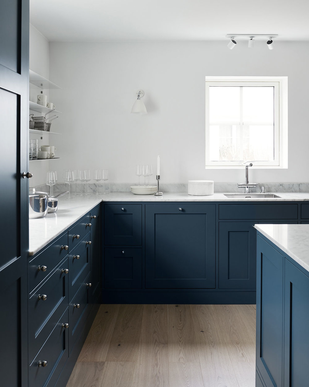 shaker kitchen design in blue, iitalla candle and white Carrara marble