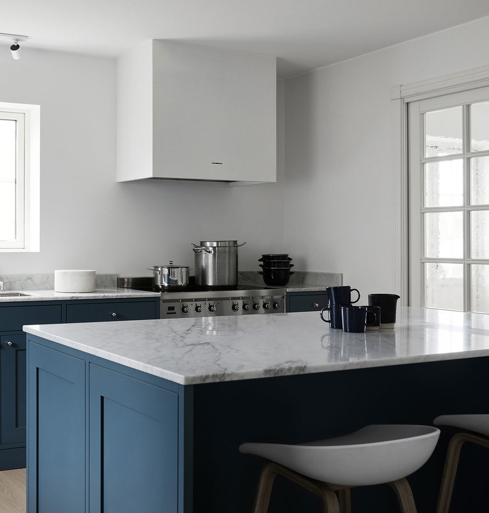 shaker kitchen design in blue and white Carrara marble countertop with hay barstools