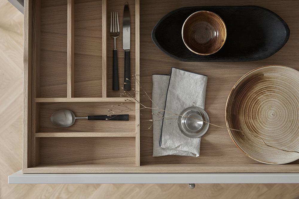 4. Beställa och leverans - När ni känner er nöjda med designen och har gjort alla val är det dags att beställa. Vi hjälper er självklart med justeringar och de rätta valen, allt från bänkskivor, till vitvaror och färgval. Våra kök levereras normalt inom 5-7 veckor efter att ni har lagt er beställning. Köket kommer med färdigmonterade stommar med installerade låd- eller lucksystem. För montering rekommenderar vi gärna några av våra erfarna och duktiga montörer. Alla våra kök har 10 års garanti på stommar, lådor och beslag.