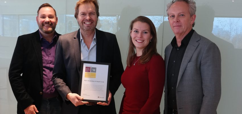 Op de foto de uitreiking van de nominatie door de Manager Educatie Nederland Eduard Beck, Education Partner Manager Lisanne Bos, Algemeen Directeur van Rapid Circle Harold Punter en New Business Consultant Michael Kleine