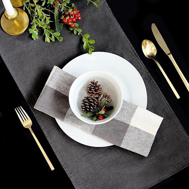 This table setting by @loomdecor is filling me with Christmas cheer! 🎁🎄❤️