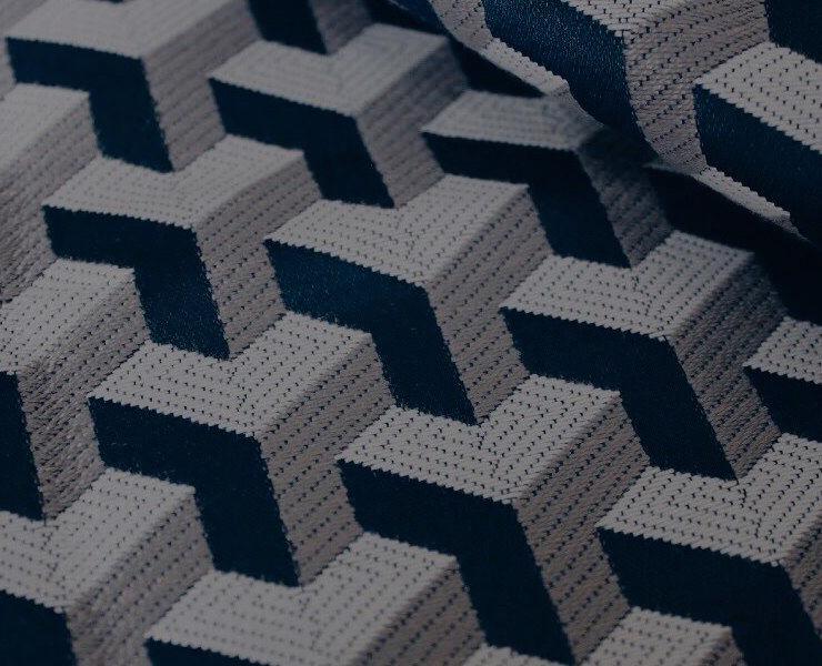 Le polyester - C'est un des tissus les plus utilisés dans l'habillement car il a beaucoup de qualités. Robuste, il préserve son éclat et résiste à la chaleur, sa fibre est légère et respirante. Associée à d'autres matières comme la laine ou le coton, sa fibre synthétique fortifie la composition des tissus.